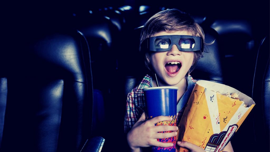 映画を見る子供