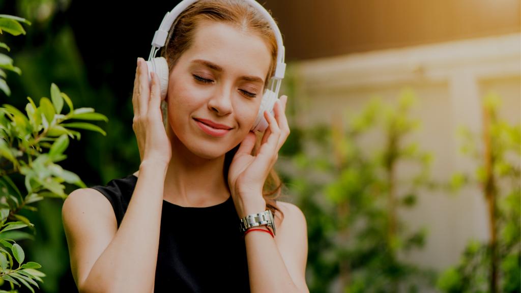 音楽でリラックスする女性