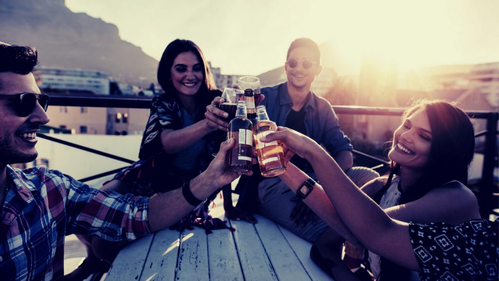 お酒を楽しむ人たち